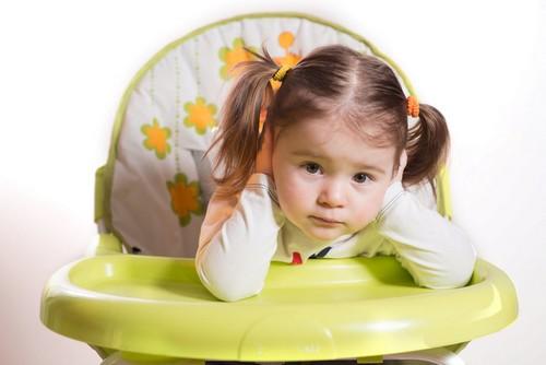 ребенок в стульчике для кормления