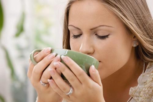 девушка запивает рецепт водой