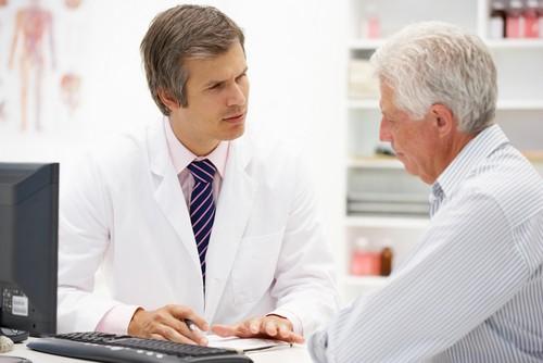 врач дает направление на анализ