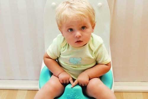 ребенок до 2 лет сидит на унитазе